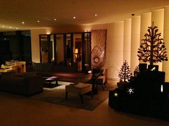 The Upper House: hotel lounge with Christmas vibe