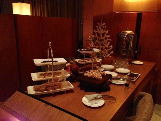 The Upper House: hotel lounge with complimentary Christmas snacks