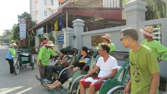 Cozy Boutique Hotel: outside the hotel, senior citizens waiting for the cyclo tour of their lifetime :P