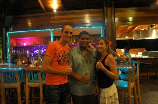 Kempinski Seychelles Resort : avec James au bar de la piscine .... merci pour ses cocktails et sa gentillesse !