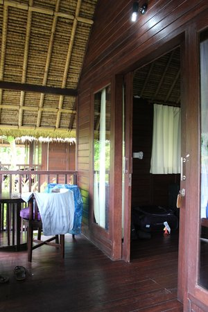 Song Lambung Beach Hut: Room and outdoor patio