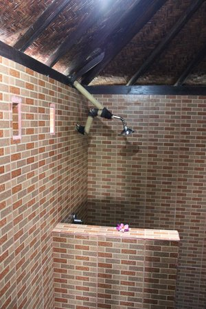 Song Lambung Beach Hut: Shower of the room