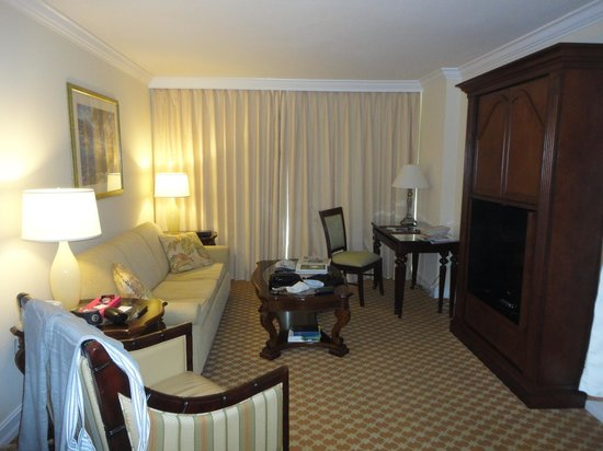 Marco Beach Ocean Resort: Living Room