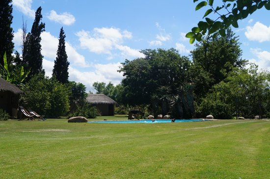Chrislin African Lodge: View of pool and accommodation