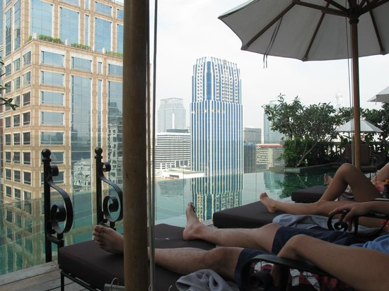 Hotel Muse Bangkok Langsuan - MGallery Collection: Poolside with sun lounges