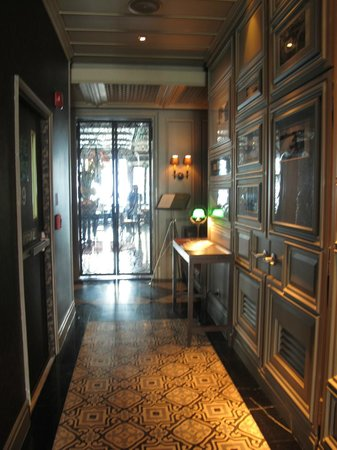 Hotel Muse Bangkok Langsuan - MGallery Collection : Hallway leading to breakfast room