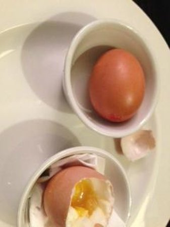 Premier Inn Manchester (Wilmslow) Hotel: Good luck with avoiding burning your fingers trying to eat these eggs!