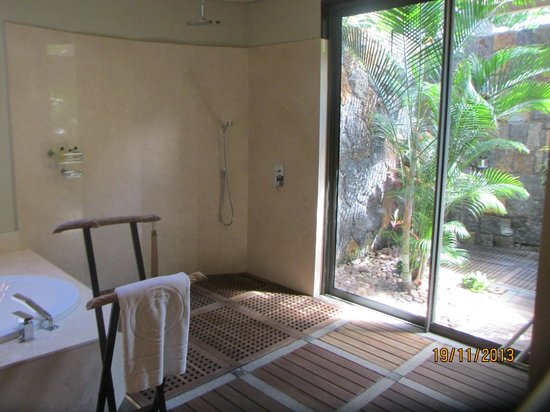Beachcomber Trou aux Biches Resort & Spa: Outside Shower in the Bathroom