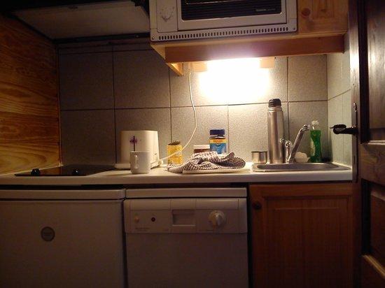 Alpina Lodge - Val d'Isere : Tiny kitchenette