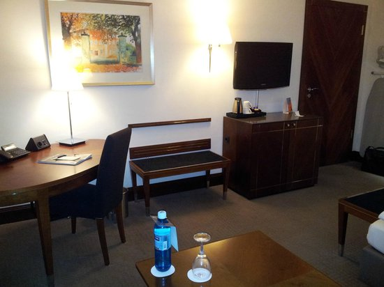 Sheraton Carlton Hotel Nürnberg: Camera, scrittoio e TV