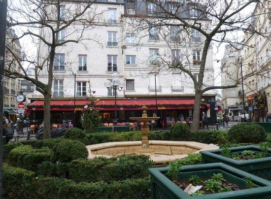 La jolie place de La Contrescarpe ave le restaurant au fond de l'image.