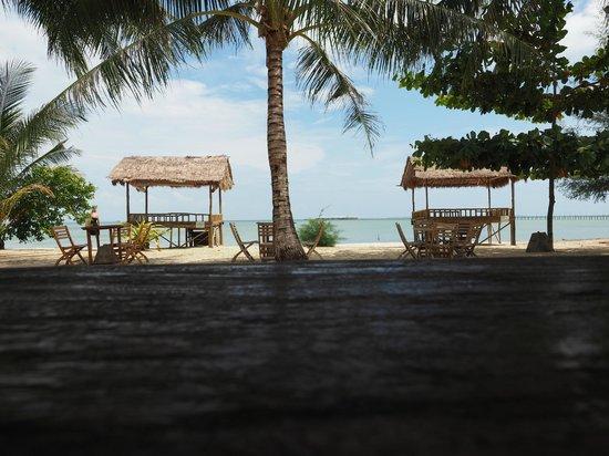 Marjoly Beach Resort : Utsikten från Bungalow verandan