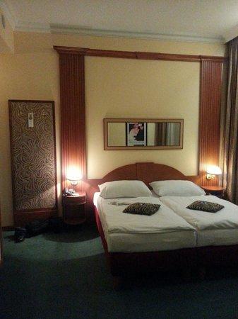 EA Hotel Royal Esprit: Угловой номер в отеле.