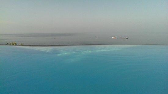 Aminjirah Resort: Inifinity pool view