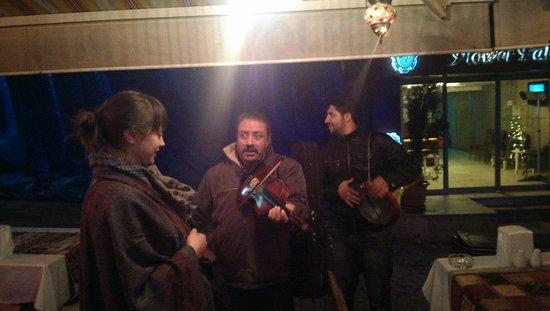 Emin Hotel : Уличные музыканты, которые заходили в гости в отель)