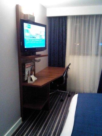 Holiday Inn Express Birmingham South A45: TV y escritorio