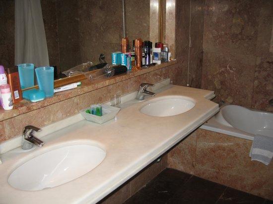 Corfu Holiday Palace: Twin baisins in bathroom