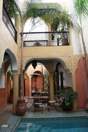 Riad Itrane: Dining area by pool
