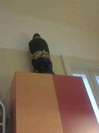 Guru Hostel: A decoration in the main room