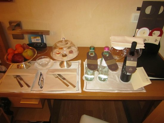 Hotel Raphael - Relais Chateaux: detalle de las cortesías del hotel en la habitación
