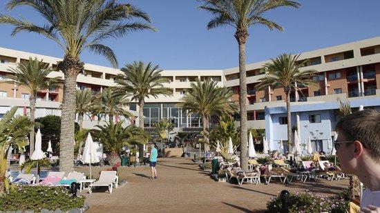 IBEROSTAR Playa Gaviotas Park: Poolbereich mit Blick auf das Hotel