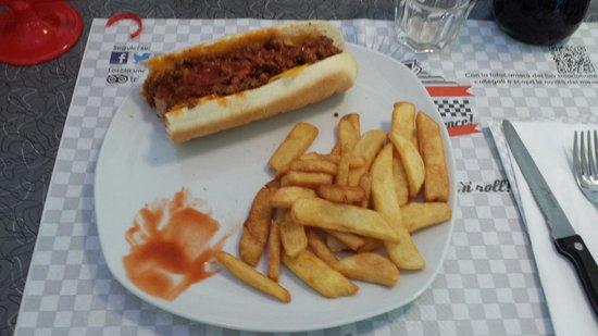 America Graffiti Diner Restaurant Ivrea: Chili Hot Dog con salsa piccante!