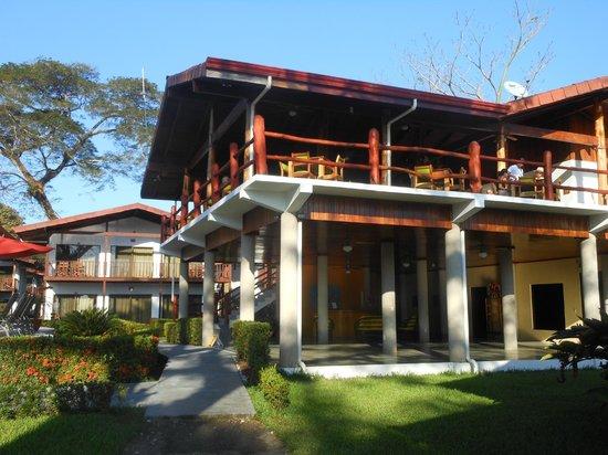 Agua Dulce Beach Resort : Gorgeous natural wood built elevated restaurant/bar