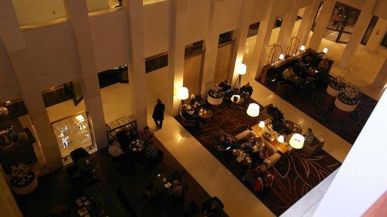 Berlin Marriott Hotel: Blick in die Lobby vom 2. Stock