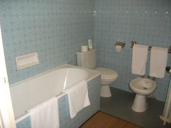 Le Castelet Hotel: bañera sin cortinas