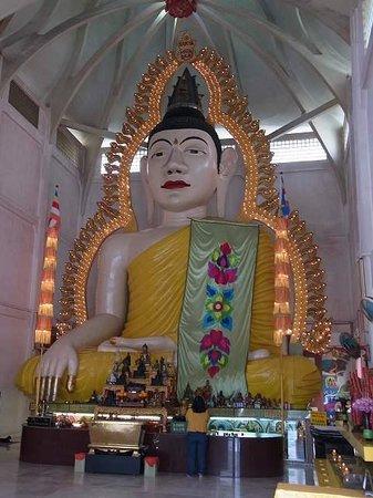 Temple of 1,000 Lights (Sakya Muni Buddha Gaya) : 仏像と電飾