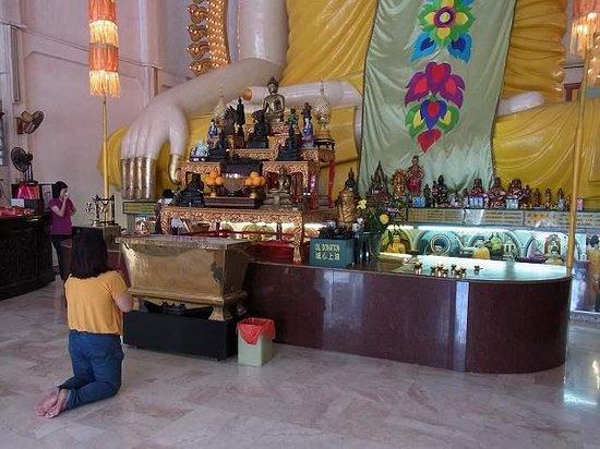 Temple of 1,000 Lights (Sakya Muni Buddha Gaya) : お祈りしている方