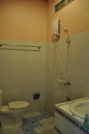 Phi Phi Don Chukit Resort : Basic bathroom, this photo doesn't do it justice, its far worse