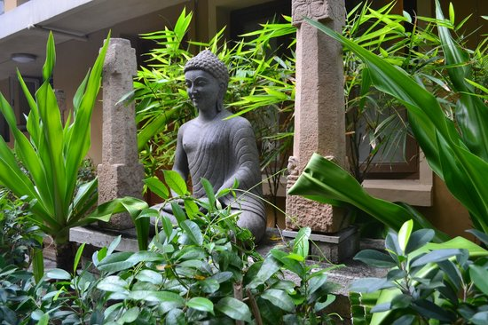 Hanu Reddy Residences Poes Garden: Lawn with the smiling Buddha!