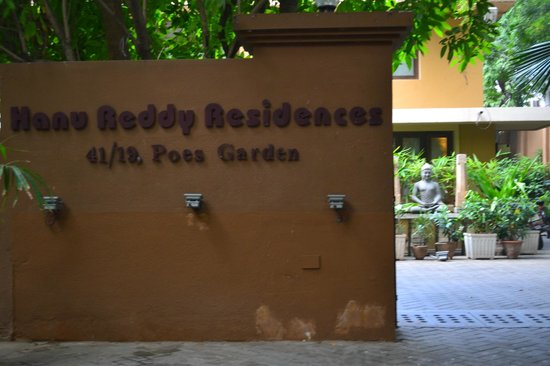 Hanu Reddy Residences Poes Garden: Entrance