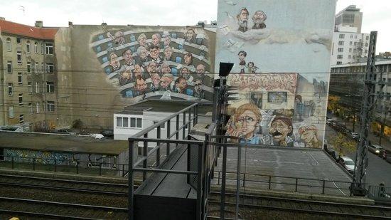 Hampton by Hilton Berlin City West : Fantastisk grafitti på andra sidan järnvägen