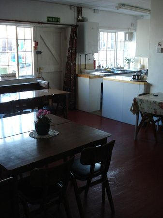 Harbour Grange Backpackers Hostel: kitchen area