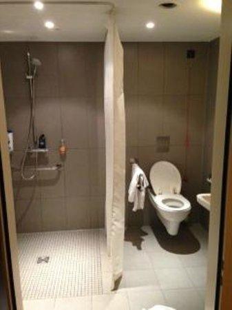 Leonardo Hotel Berlin: bathroom