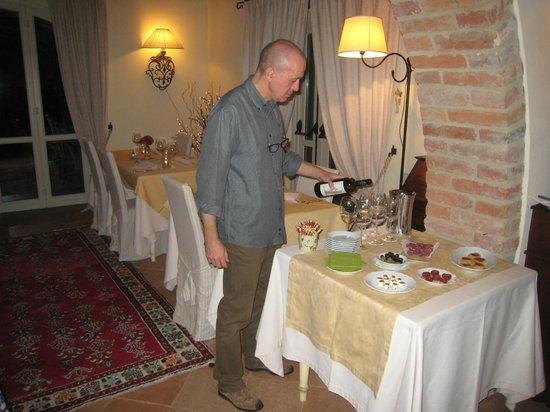 La Palazzetta del Vescovo: Stefano with evening aperitif