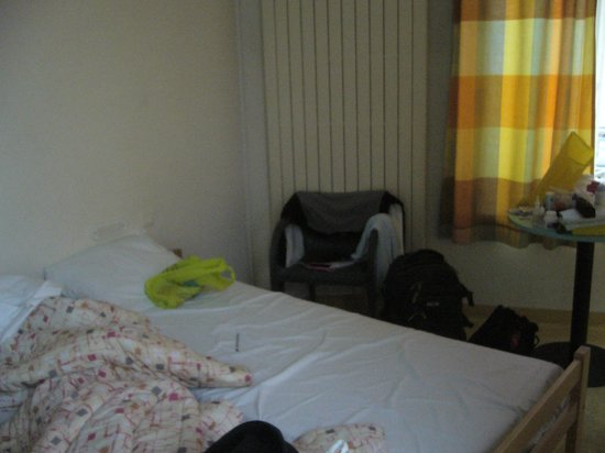 Jacques Brel Youth Hostel: Bedroom with doublebed