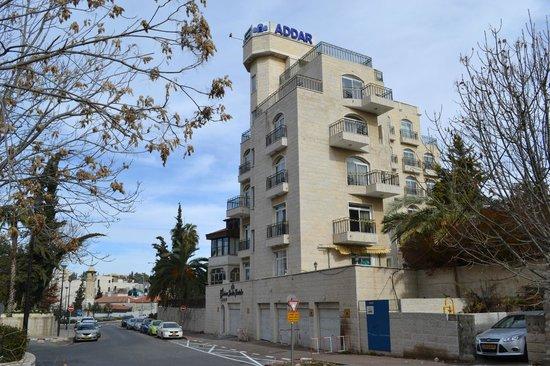 Addar Hotel: вид на отель со стороны George's Street, вход с противоположной улицы Наблус - Роуд