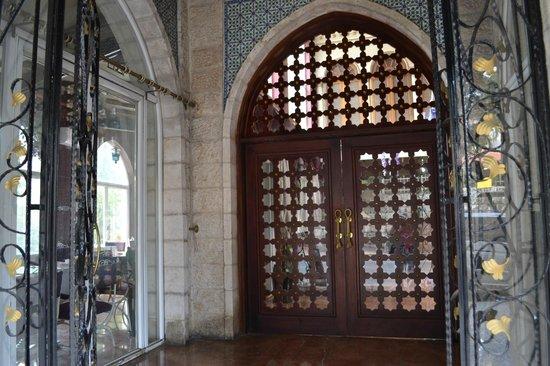 Addar Hotel: вход в гостиницу