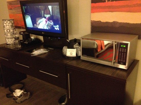 Holiday Inn Newark Airport: Great tv and dresser area