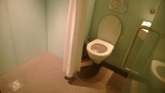 Ambassadors Bloomsbury: bathroom