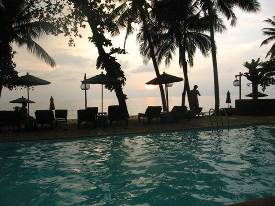 Banpu Koh Chang Resort : Pool am Abend