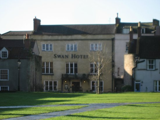 Best Western Plus Swan Hotel: Front of Hotel from Cathedral Green