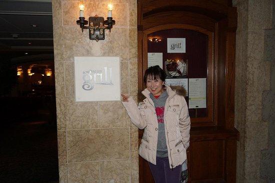 Bow Valley Grill: レストラン前で