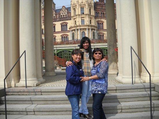 Schwerin Castle (Schweriner Schloss): Back side of Castle with three friends