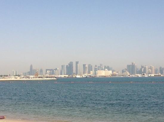 Sharq Village & Spa : Blick vom Strand auf die Stadt