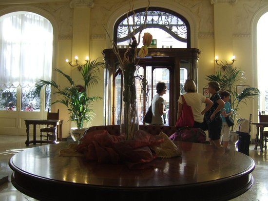 Grand Hotel et Des Palmes : Table decoration and hotel entrance