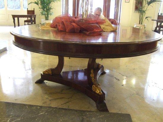 Grand Hotel et Des Palmes : Ornate, elliptical table in lobby